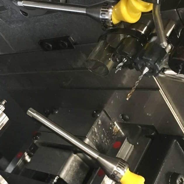 Zeigt den Maschineraum einer Tornos Drehmaschine während einem Test der Unilube Minimalmengenschmierung.