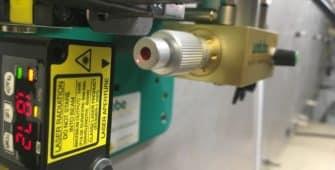 Zeigt ein Lasersensor welcher über den Endanschlag der Dosierpumpe die exakte Fördermenge eines Unilube MinimalSchmierSystems misst.