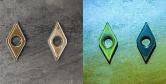 Zeigt drei Wendeplatten wovon zwei mit Schmierstoff benetzt sind. Ein Schmierstoff ist mit fluorsezierendem Marker versetzt. Der fluoreszierende Schmierstoff leuchtet grell auf und ist klar ersichtlich. Forschungsergebnis von Unilube in der Minimalmengenschmierung.