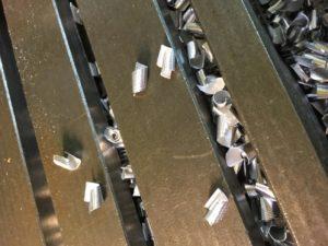 Montre des copeaux d'aluminium sur une table de machine après l'utilisation de la lubrification minimale Unilube.