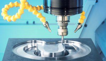 Zeigt ein Werkstück mit sehr guter Oberflächenqualität in einer Fräsmaschine bei der Unilube Minimalmengenschmierung verwendet wird.